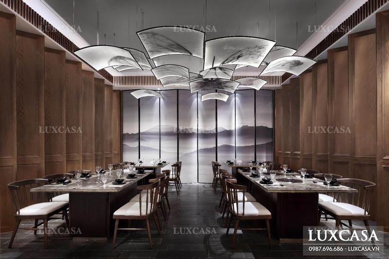 Trang trí nhà hàng nổi bật nhờ đèn và tranh
